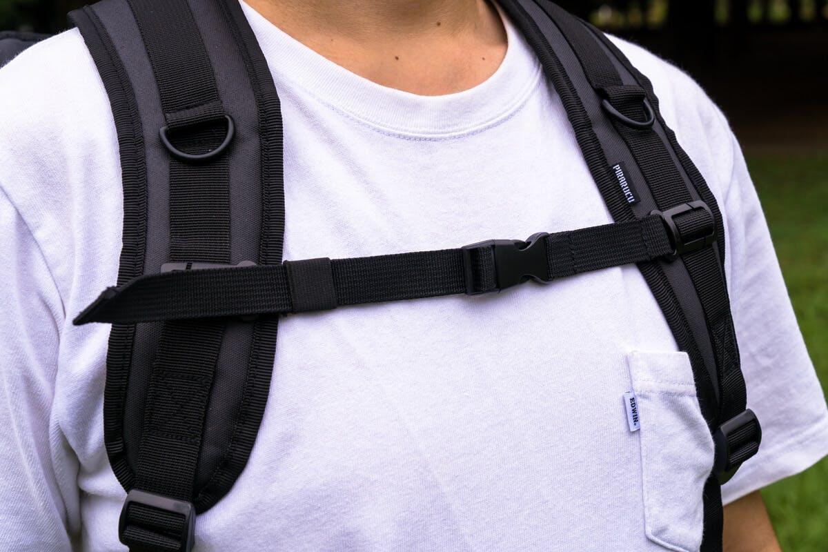 軽いにもかかわらず広くてクッション性バッチリのショルダーストラップと、着用感を高める胸ストラップを用意。