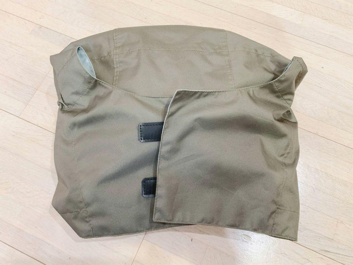 フード部分にコートを畳んで収納可能。レインバイザーも、このなかに収めることができます。