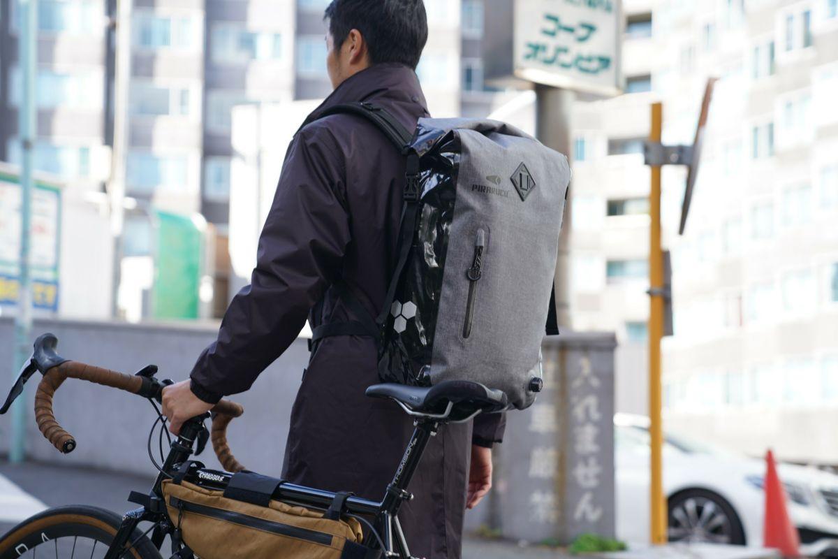 ブラック 着用イメージ [男性モデルのサイズ]身長:177cm 着用サイズ:L / 背中のバッグ:GP-011 バックパック 25L