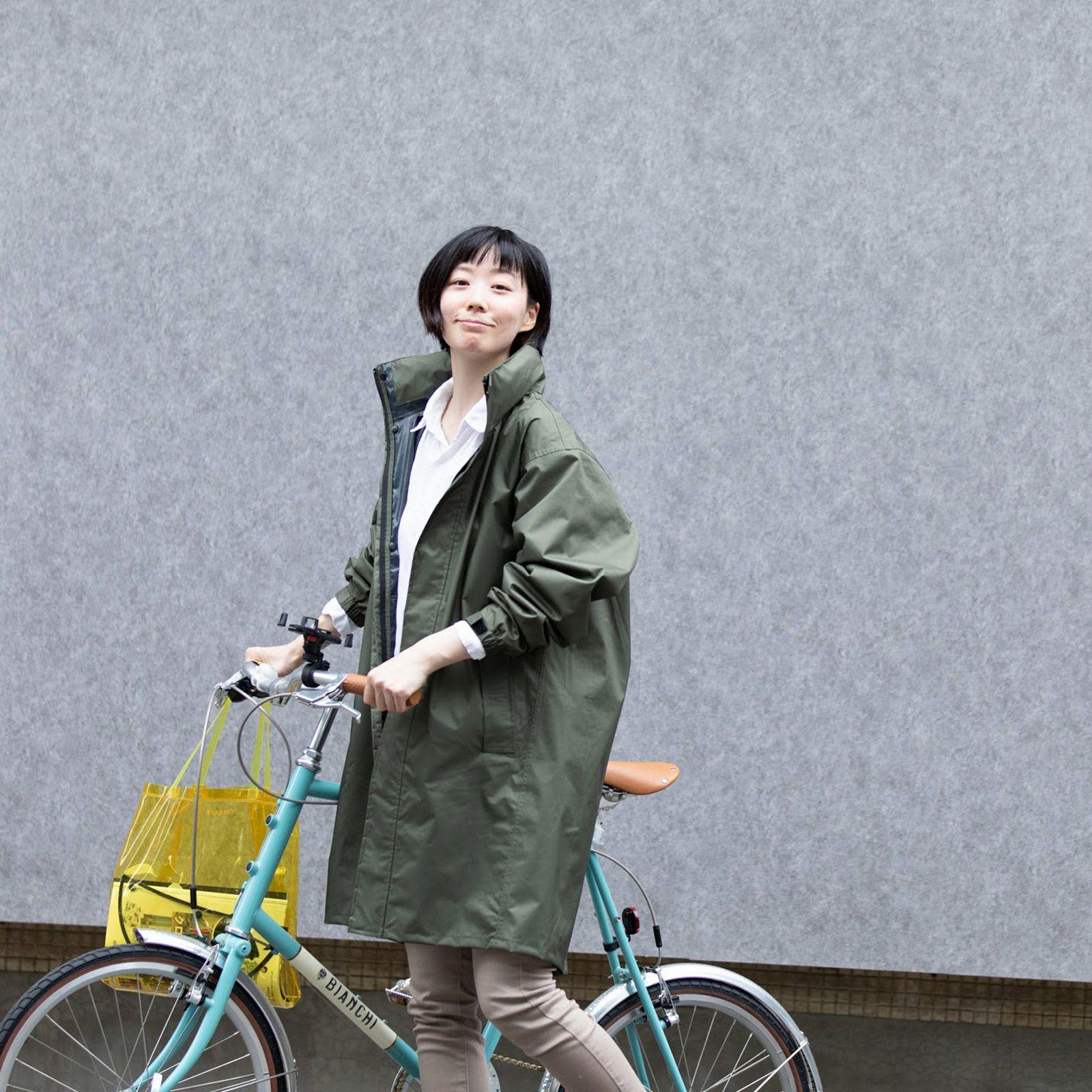 レインシェイカー バッグインコート 女性の着こなし ロングレインコートスタイル01