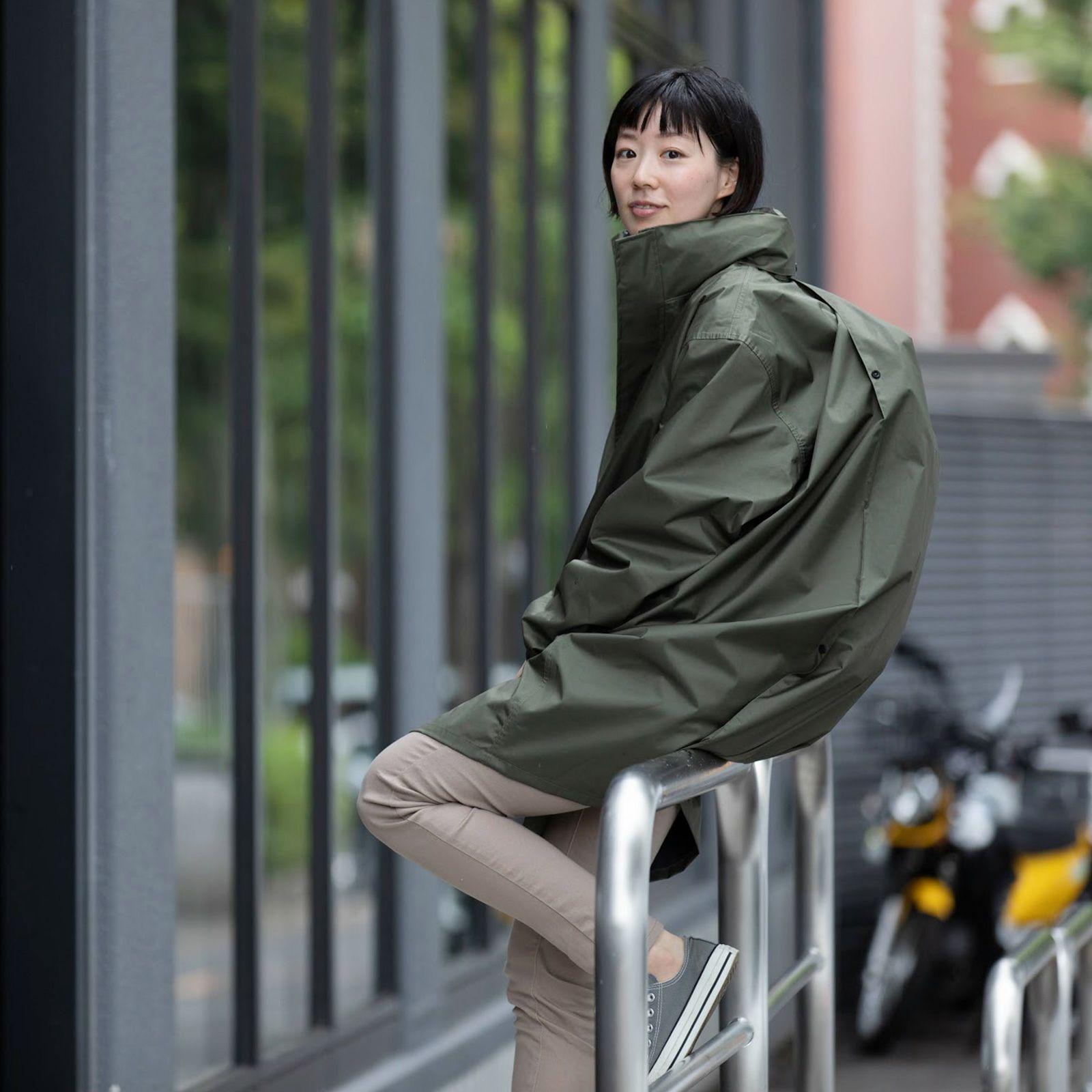 レインシェイカー バッグインコート 女性の着こなし ロングレインコートスタイル02