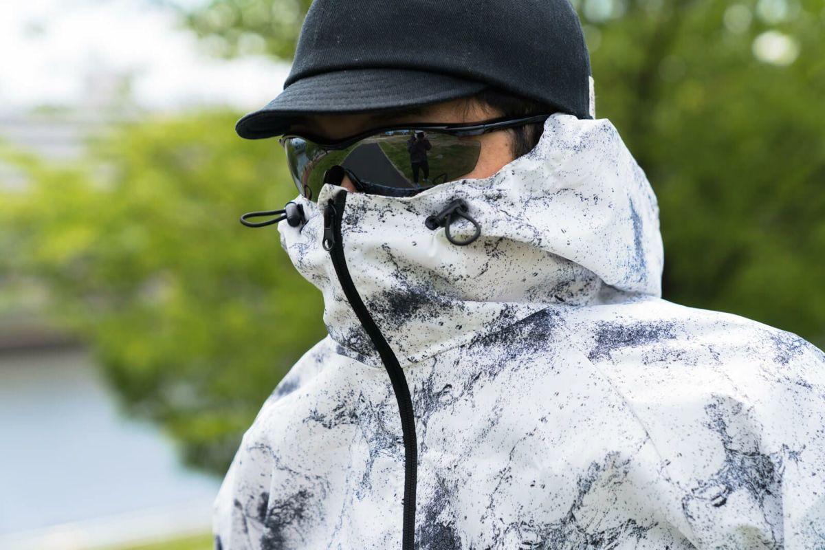 衿高フードで口元を覆えば、ウォーキングやランニング時のエチケットにも。