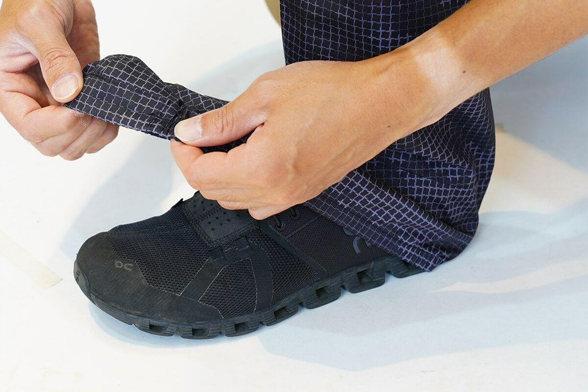 履き方:まずはカバーを履いてください。その後に、シューズを履いて、シューズの上からかぶせてください。